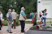 На возложении цветов к памятнику